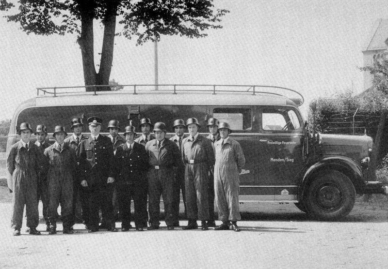 Gruppenbild mit TLF15 1954